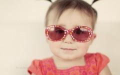 Mùa hè, đừng quên cho bé đeo kính râm!